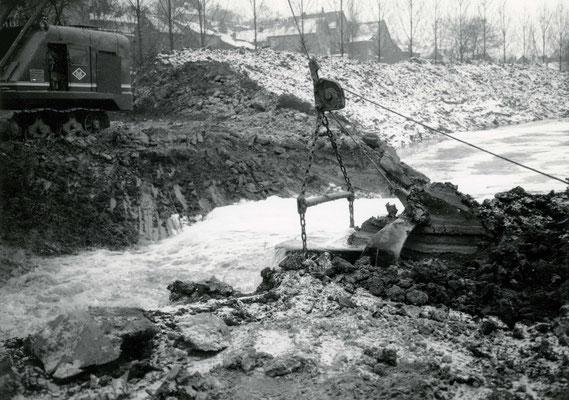 Immer größere Mengen Wasser füllen das neue Flußbett (Stadtarchiv Bad Vilbel)