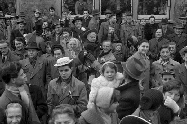 Umzug 1955 - an der Strecke scharenweise Vilbeler Einwohner. (Stadtarchiv Bad Vilbel)