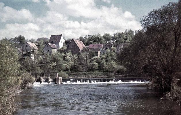 Wehr an der Alten Mühle, im Hintergrund Häuser der Lohstraße, ca. 1940 (Stadtarchiv, Nachlass Muhl).