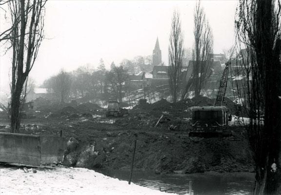 Umfangreiche Erdarbeiten schließen sich an, das alte Flußbett und alle Gräben werden verfüllt (Stadtarchiv Bad Vilbel)