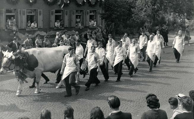 125 Jahre Vilbeler Markt 1950. Die Metzgerinnung, nach  heutigen Sicherheitsstandards, undenkbar (Stadtarchiv Bad Vilbel)