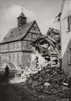 Trümmer der Metzgerei Stier, Marktplatz 7, nach dem Bombenangriff im März 1944 (Stadtarchiv Bad Vilbel)