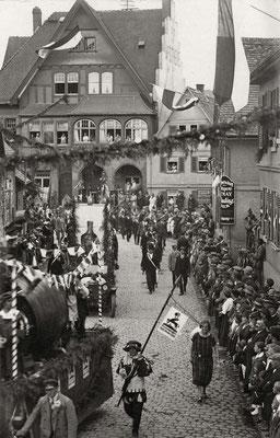 Zugende mit Wagen Steinhäuser-Bräu und Likör-Werbewagen von Lamp (Stadt-Archiv Bad Vilbel)