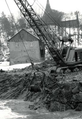 Der alte Flußlauf wird mit dem neuen Verlauf verbunden (Stadtarchiv Bad Vilbel)