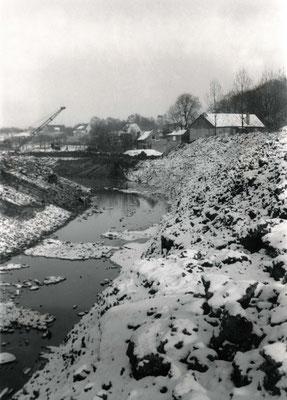 Der neue Flußlauf ist fast fertiggestellt, aber noch nicht geflutet (Stadtarchiv Bad Vilbel)