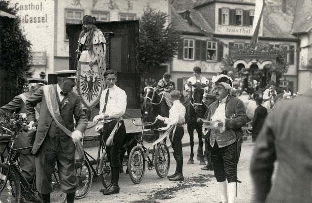 Einer der Initiatoren, Stadtchronist Heini Martini - Mitte mit Manuskript (Stadtarchiv Bad Vilbel)