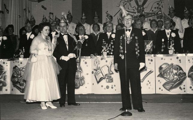 Die fidelen Sandhasen präsentieren das Laubacher Prinzenpaar, 1959. (Stadtarchiv Bad Vilbel)