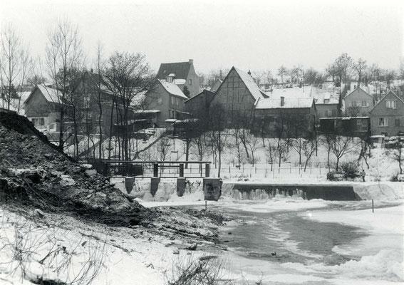 Die Erdarbeiten haben begonnen Februar 1963,  im Vordergrund sieht man noch das alte Wehr (Stadtarchiv Bad Vilbel)