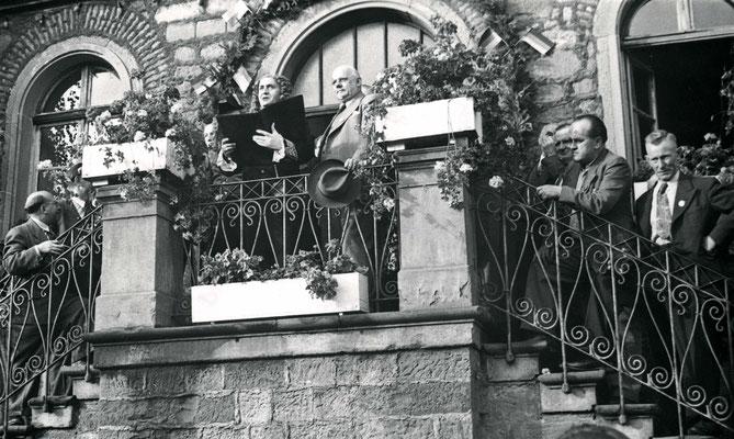 125 Jahre Vilbeler Markt 1950. Verlesung der historischen Markturkunde (Stadtarchiv Bad Vilbel)