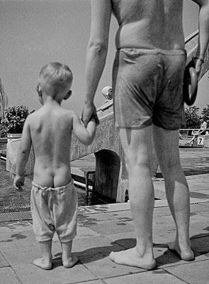 Vater und Sohn, ein Tag im Vilbeler Schwimmbad ca. 1939 (Bestand Otto Weihl)