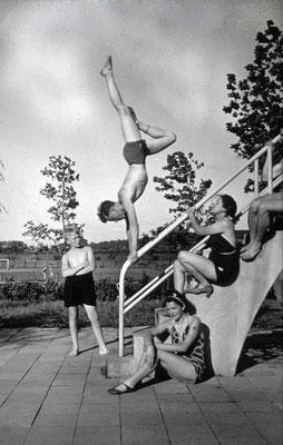 Akrobatik im Schwimmbad, die Aufnahme entstand 1942 (Sammlung Wolfram Dietz)