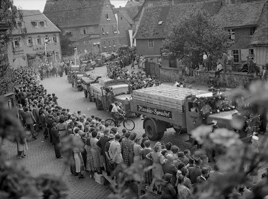 125 Jahre Vilbeler Markt 1950. Die Mineralwasserindustrie zeigt eindrucksvoll Präsenz (Archiv Weihl)