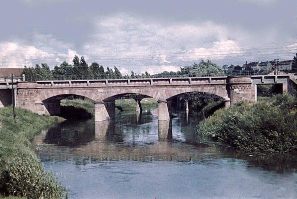 Die Eisenbahnbrücke über die Nidda, ca. 1940 (Stadtarchiv, Nachlass Muhl).