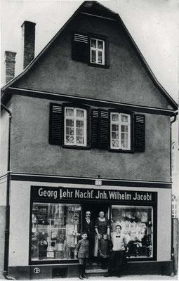 Die Lebensmittel-, Eisen- und Kurzwarenhandlung Lehr, Frankfurter Str. 14, ca. 1925 (Stadtarchiv Bad Vilbel)
