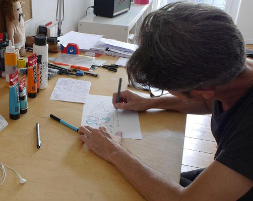 Portrait von Frank Schulz beim zeichnen in seinem Atelier in Berlin.