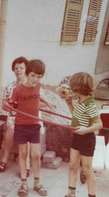 Kindheit von Frank Schulz im Saarland in den 70er und 80er Jahren. Hula Hoop spielen.