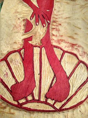Detailansicht der mit roter Farbe eingerollten Holzplatte
