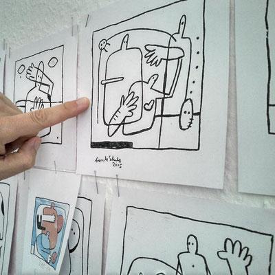 Frank Schulz Art bei der Arbeit, Frank zeigt eine Tuschezeichnung