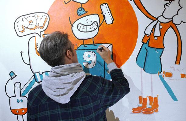 Bauarbeiter feiern auf einem Acryl Wandgemälde von Frank Schulz Art, Berlin.