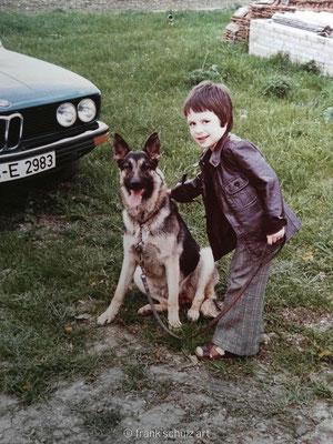 Kindheit von Frank Schulz im Saarland in den 70er und 80er Jahren. Mit dem Schäferhund des Onkels zum Foto posieren.