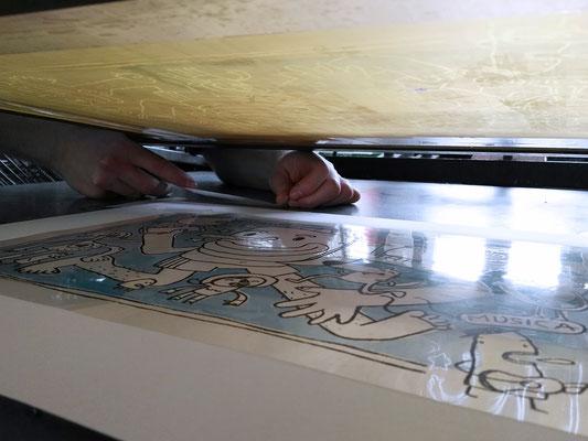 Die Folie hilft dabei die zuvor gemalte Kolorierung an der exakten Stelle zu fixieren