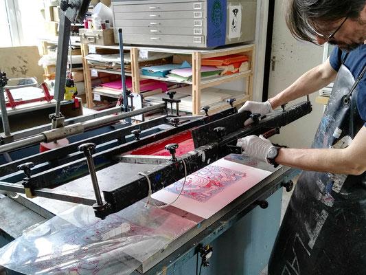 Die Siebdruckpresse öffnen und staunen