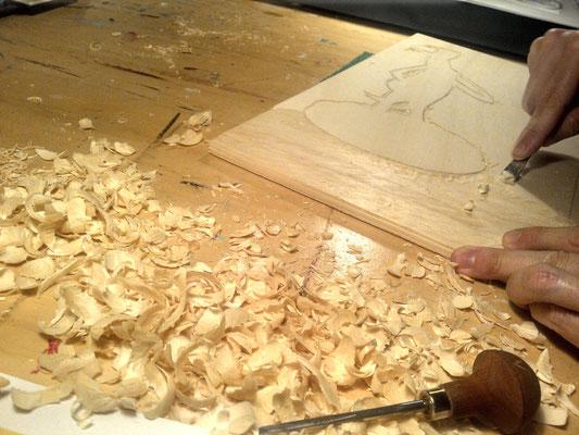 Die erste Holzplatte für den Holzschnitt Venus wird geschnitzt