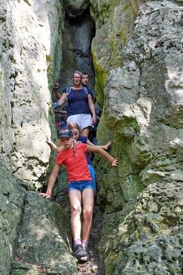 Die Nasensteinhöhle ist nur durch einen schmalen Spalt zu begehen (Foto: Jürgen Bommer)