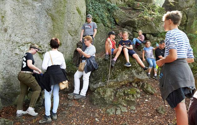 Die Exkursionsteilnehmern kurz vorm Aufstieg zur Rothesteinhöhle (Foto: Jürgen Bommer)