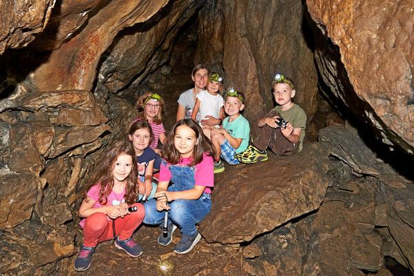 Die Begehung der Rothesteinhöhle ist für Jung und Alt immer wieder spannend (Foto: Jürgen Bommer)