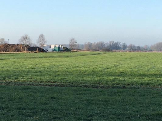 Ansicht vom Ortseingang Mellnitz übers Feld hinweg.