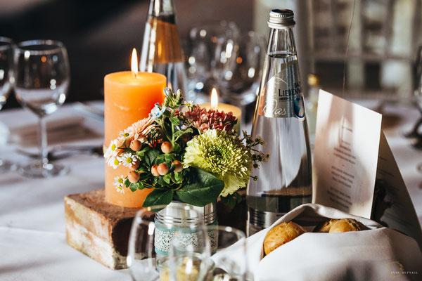 Tischdeko Hochzeit bunt rustikal