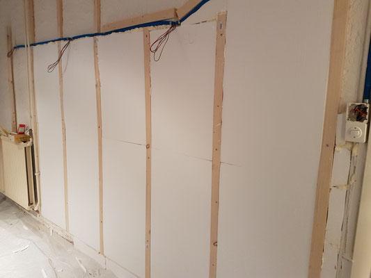 """Die """"ungerade"""" Wand mit Styropor ausgeglichen"""