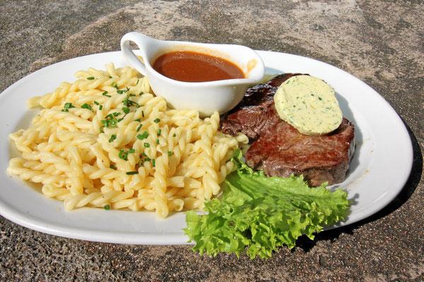 Filetsteak vom Rind mit Nudeln