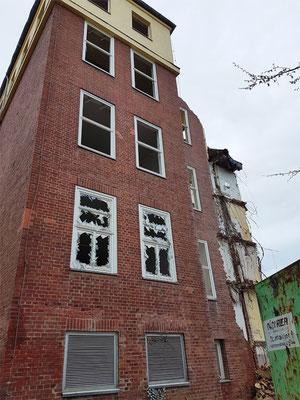 Der hintere Teil des Haus 15 steht Ende März 2019 noch.