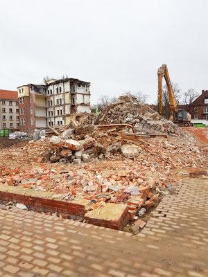 Die Umrisse des recht großen Gebäudes sind auf dem Boden noch zu erkennen.