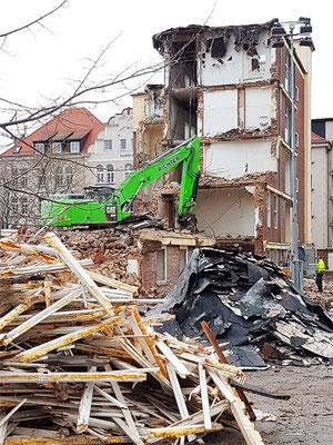 Bagger beseitigen schnell des denkmalgeschützte Gebäude.