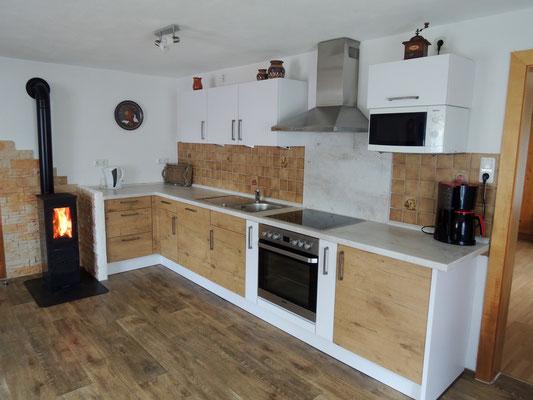 Geräumige Küche mit Holzofen