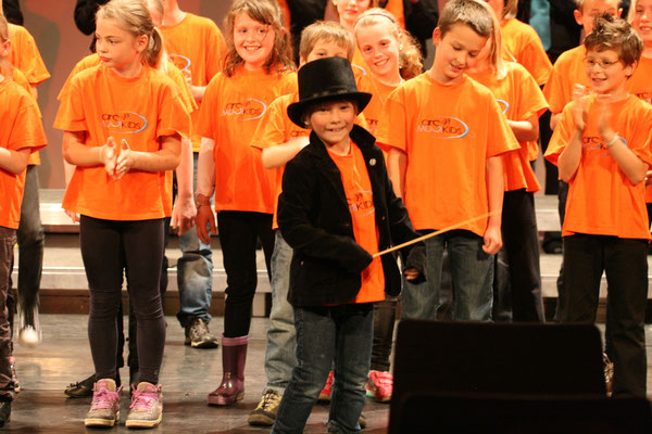 Der junge Dirigent ist sehr zufrieden mit dem gelungen Lied