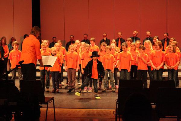Der junge Dirigent betritt die Bühne