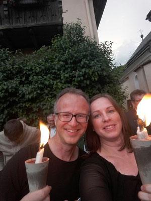 Obmann und Chorleiterin beim Bringen des Feuers