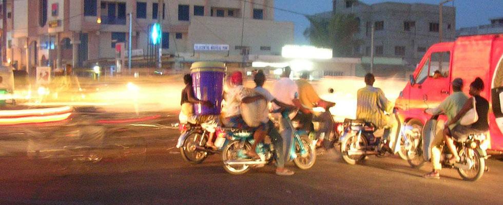 Carrefour fréquenté, un soir à Cotonou