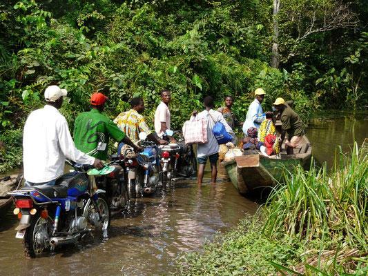Traversée de rivière en pirogue. Zogbodomey