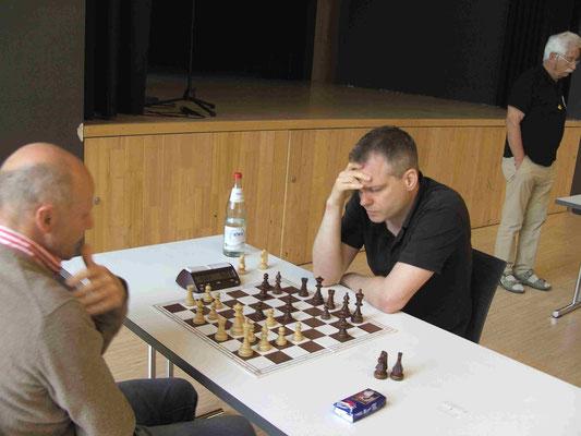 Der Turniersieger GM Roland Schmalz bei der Arbeit