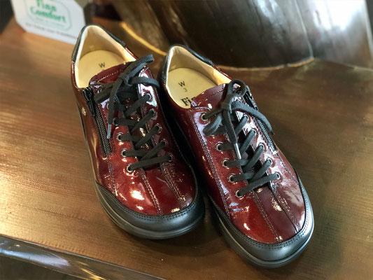 ジッパー付きのひも靴で履きやすさも兼ね備えています