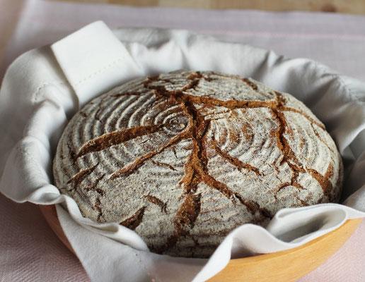 fertiges Brot mit kräftigen Krustenrissen