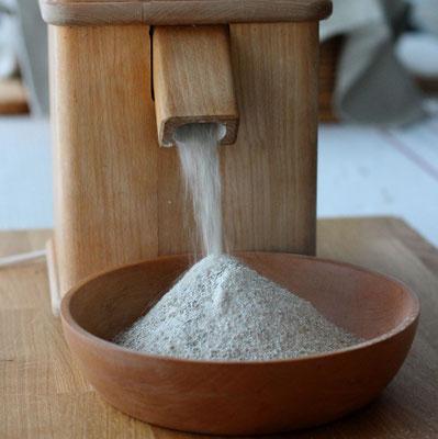 Getreide wird frisch gemahlen.