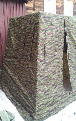 Палатка из синтетической непромокаемой камуфлированной ткани с кольцами-люверсами и оттяжками для крепления на каркасе