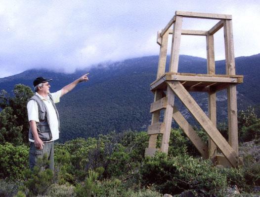 Le regretté Jean Chaudouard (Luri) montrant un des premiers miradors de battue (en bois)