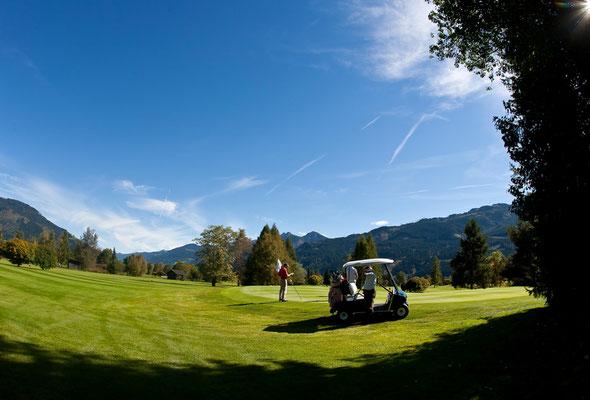 Golfplatz mit Golfcart